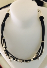 Uno de 50 Necklace on 4-wire alloy silver with leather and pearls COL1393BPLMAROU